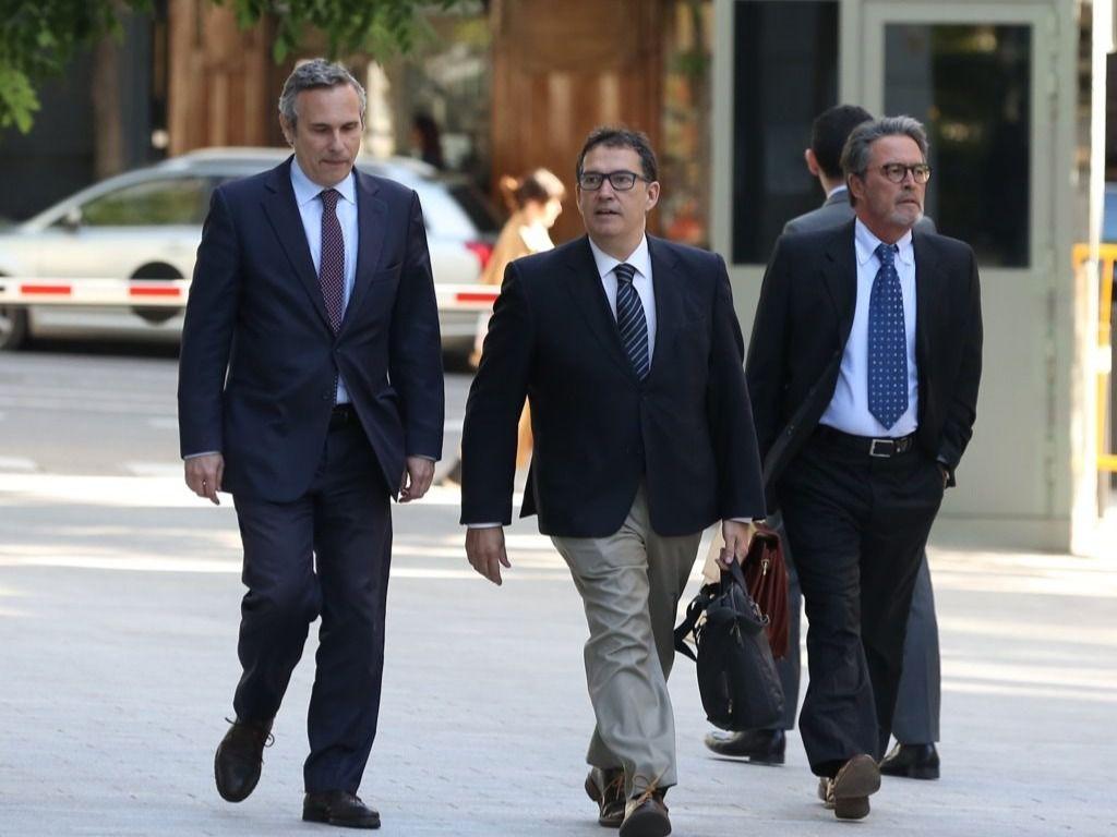 El historiador Josep Lluís Alay (primero por la izquierda), que fue detenido en Alemania cuando acompañaba a Puigdemont, llega a la Audiencia Nacional para declarar