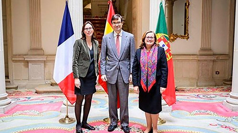 El Secretario de Estado de la Unión Europea, Juan González-Barba, junto a sus homólogas francesa, Amélie de Montchalin, y portuguesa, Ana Paula Zacarías