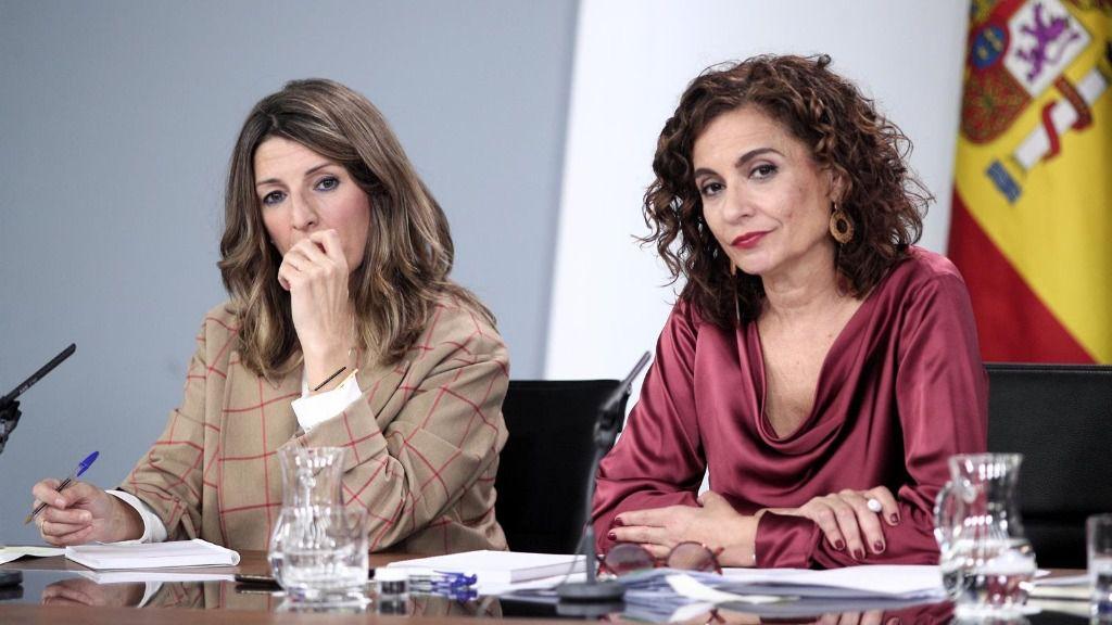 La ministra de Trabajo y Economía Social, Yolanda Díaz (izq) y la ministra Portavoz y de Hacienda, María Jesús Montero