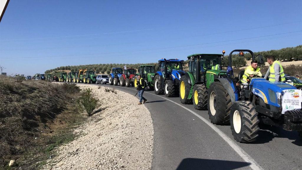 Un momento de la tractorada llevada a cabo en la A-45, en Lucena (Córdoba)