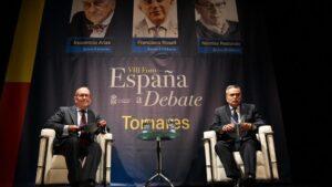 Nicolás Redondo, junto al periodista Cristóbal Cervantes en el ciclo 'España a debate'