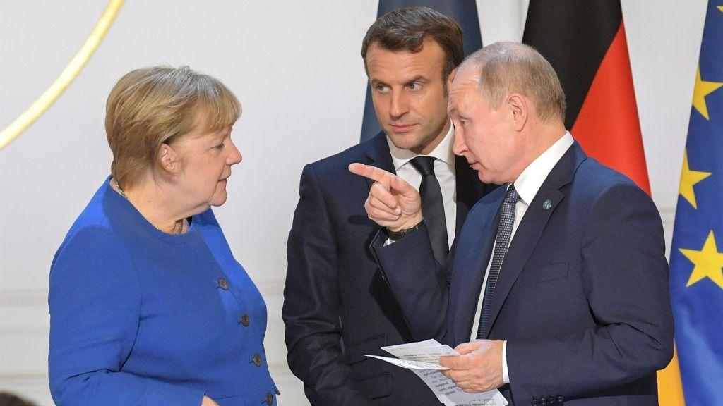 Imagen de una reunión entre el presidente de Rusia, Vladimir Putin, la canciller alemana, Angela Merkel, y el presidente de Francia, Emmanuel Macron