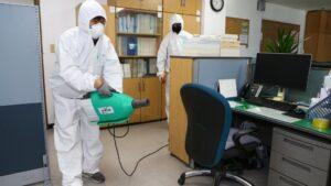 Un hombre desinfecta una oficina del Gobierno en medio del brote del nuevo coronavirus