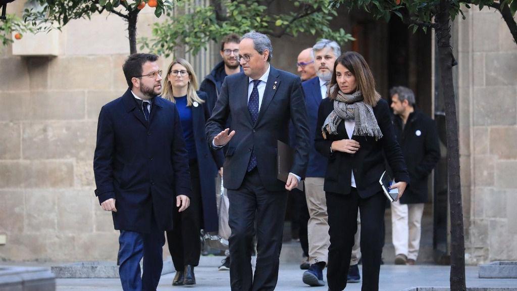 El presidente de la Generalitat, Quim Torra, junto al vicepresidente, Pere Aragonès, y la portavoz del Govern Meritxell Budó, al reunirse con representantes de JxCat, ERC, la CUP, ANC y Òmnium Cultural, en el Palau de la Generalitat