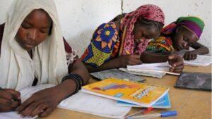 Niñas estudiando en Chad