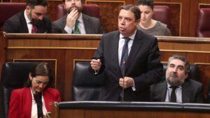 El ministro de Agricultura, Pesca y Alimentación, Luis Planas, responde a las preguntas durante la primera sesión de control