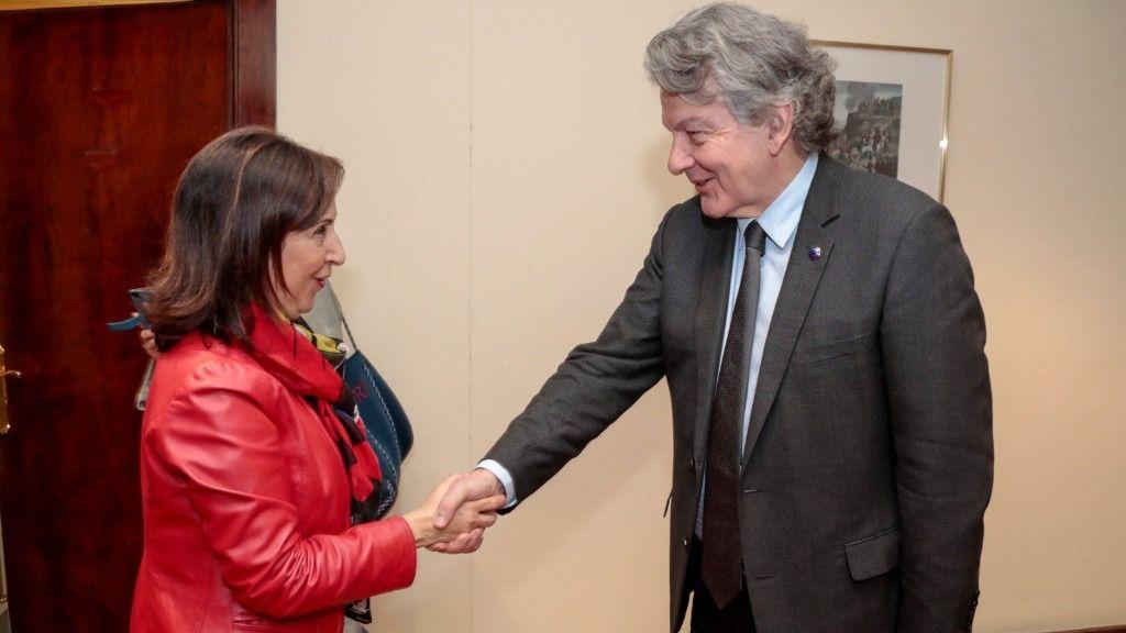 La ministra de Defensa, Margarita Robles con el Comisario de Comercio Interior de la Unión de Defensa, Thierry Breton