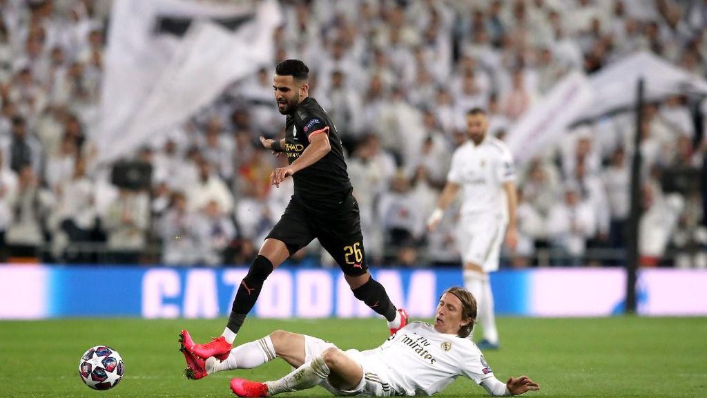 Mahrez se lleva el balón ante Modric en el Real Madrid-City