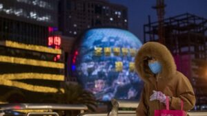 Una mujer pasea por las calles de Shangahi ataviada con una de las mascarillas que las autoridades chinas recomiendan llevar para evitar el contagio del nuevo coronavirus