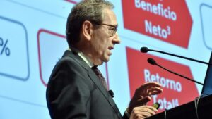 El presidente de Kutxabank, Gregorio VIllalabeitia, en la presentación del balance en Vitoria