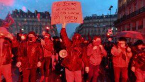 Un manifestante durante las últimas manifestaciones que se celebraron por las calles de París contra la reforma del sistema de pensiones del Gobierno de Francia