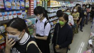 Personas haciendo cola en una farmacia de Bangkok, Tailandia, para comprar máscaras con las que protegerse de una posible infección de coronavirus