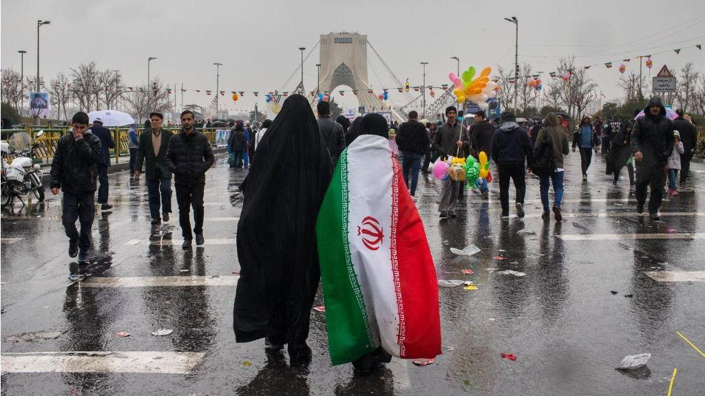 Imagen de archivo de una mujer con una bandera de Irán.