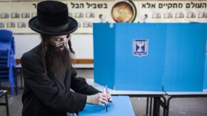 Un hombre vota durante las elecciones generales en Israel