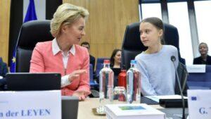 La presidenta de la Comisión Europea, Ursula von der Leyen, habla con la activista medioambiental sueca Greta Thunberg