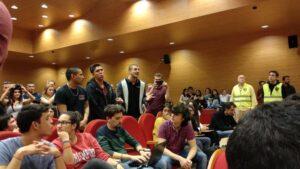 Un grupo de jóvenes pertenecientes al colectivo Frente Obrero increpa al vicepresidente segundo del Gobierno, Pablo Iglesias