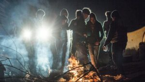 Migrantes esperando en suelo turco para pasar la frontera cruzando el río Evros y alcanzar así Grecia