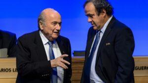 El entonces presidente de la FIFA Joseph Blatter (D) habla con Michel Platini, en ejercicio de la presidencia de la UEFA, durante un congreso de la FIFA celebrado el 11 de junio de 2014 en Sao Paulo