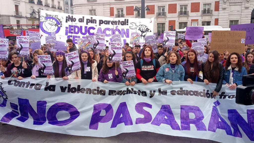 óvenes feministas se manifiestan en Madrid contra el 'pin parental' durante la jornada de huelga convocada por el Sindicato de Estudiantes en vísperas del 8M