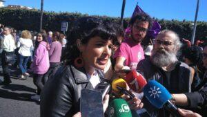 Teresa Rodríguez atiende a la prensa en la manifestación del 8M