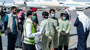 Personal médico revisa a los pasajeros a su llegada al aeropuerto de Riad