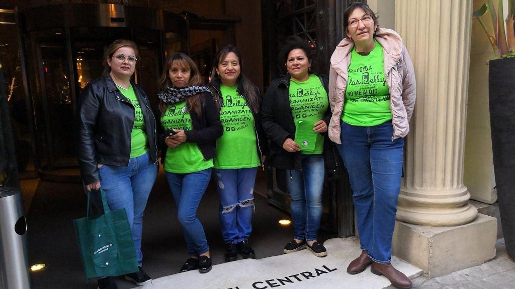 Kellys protestando ante el Grand Hotel Central de Barcelona