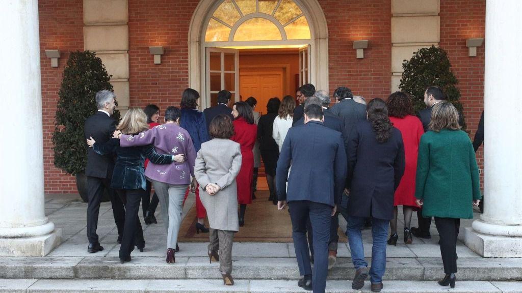El presidente del Gobierno, los cuatro vicepresidentes y los 18 ministros entran, en La Moncloa tras la foto de familia