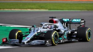 El piloto británico Lewis Hamilton, con el nuevo W11, en el 'shakedown' de Mercedes en Silverstone