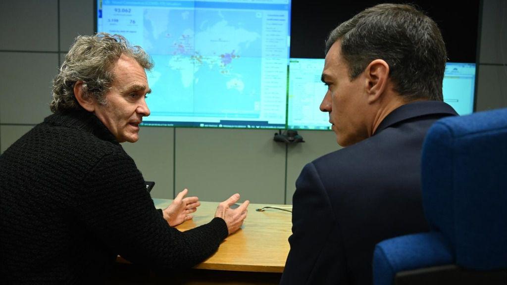 El presidente del Gobierno, Pedro Sánchez, se reúne con el director del Centro de Coordinación de Alertas y Emergencias Sanitarias, Fernando Simón, en su visita al Centro de Coordinación de Alertas y Emergencias Sanitarias