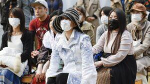 Japoneses protegiéndose del coronavirus