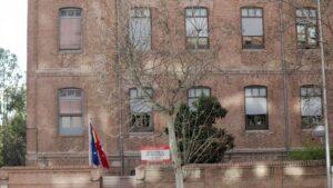 Fachada y entrada de la residencia de ancianos de Madrid donde se han confirmado contagios