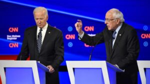 Joe Biden y Bernie Sanders durante un debate