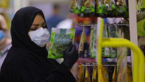 Mujer con una mascarilla en Bagdad