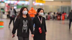 Dos mujeres asiáticas en el aeropuerto de Moscú