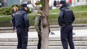 Dos policías identifican a una persona
