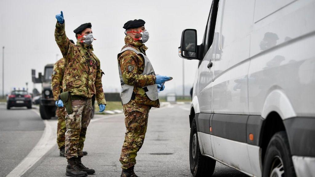 Militares italianos con mascarilla en un control en el norte de Italia