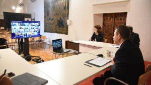 El presidente de C-LM, Emiliano García-Page, en la reunión por videoconferencia con Pedro Sánchez y el resto de presidentes autonómicos