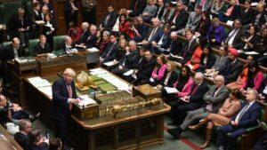 El primer ministro Boris Johnson habla ante los diputados británicos durante una sesión parlamentaria, el 22 de enero de 2020 en Londres