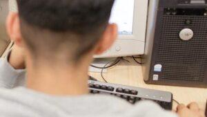 Dos jóvenes mirando la pantalla del ordenador