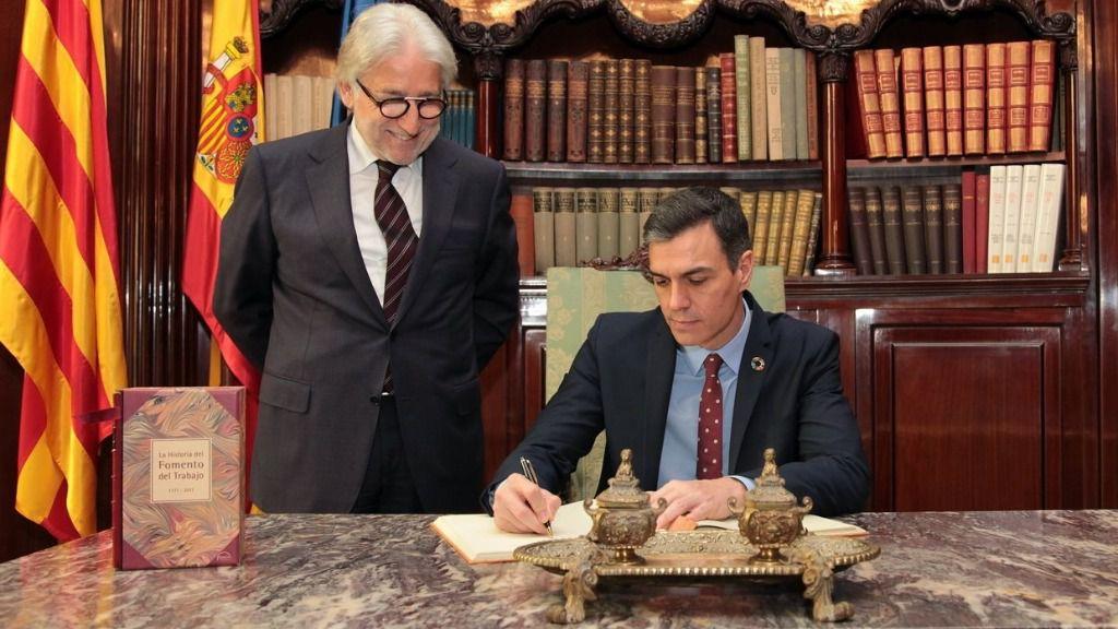 El presidente del Gobierno, Pedro Sánchez, y el presidente de Foment del Treball, Josep Sánchez Llibre, en una visita la sede de Foment