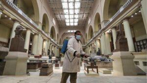Un trabajador desinfectando un museo en El Cairo