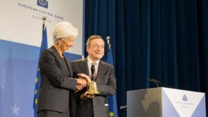 La presidenta del BCE, Christine Lagarde, y su predecesor, Mario Draghi