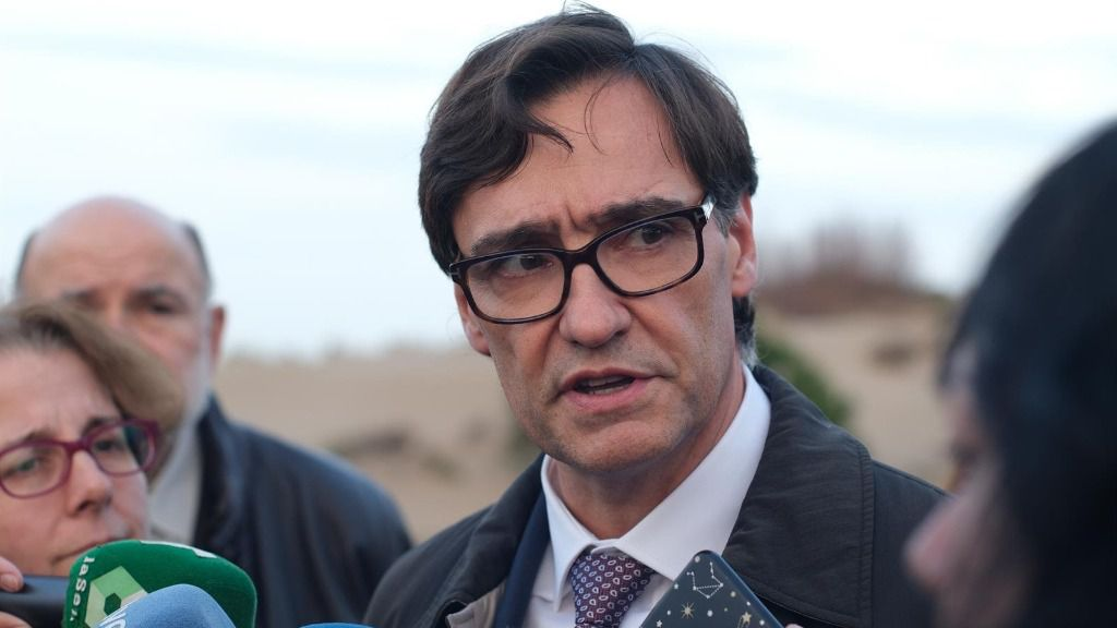El ministro de Sanidad, Salvador Illa, ofrece declaraciones a los medios de comunicación durante su visita a Riumar (Tarragona), una zona del Delta del Ebro afectada por la borrasca 'Gloria'