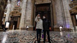 Turistas en el interior del Duomo de Milán