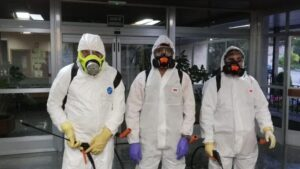 Delegados sindicales y voluntarios desinfectan la residencia Doctor González Bueno de Madrid