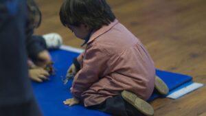 Niño jugando en un aula