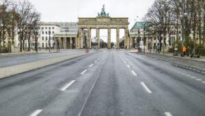 La calle que lleva a la puerta de Brandeburgo en plena cuarentena por el coronavirus