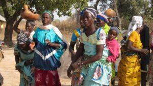 Mujeres con niños en la región de Fo, en la mitad norte de Benín, África