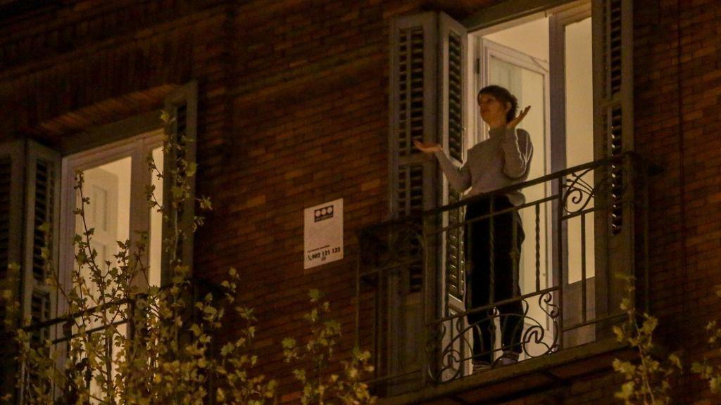 Una mujer aplaude desde su balcón por la labor que están realizando los sanitarios ante la crisis de contagios por el coronavirus, en Madrid