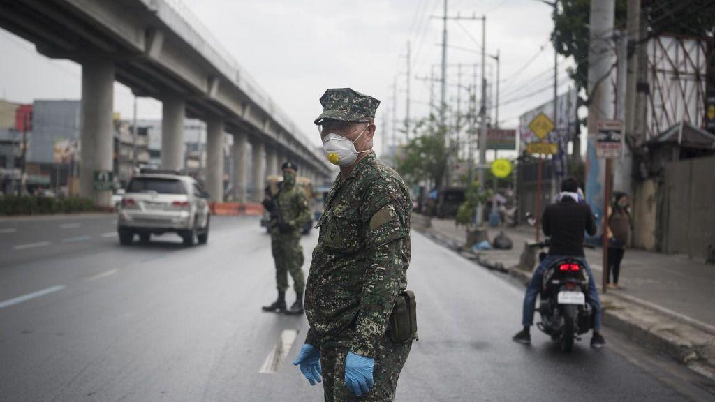 Un militar con mascarilla en una calle de Manila